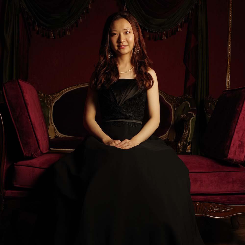 ラグジュアリーなブラックカラーがピアノ演奏に最適なスタイリッシュロングドレス