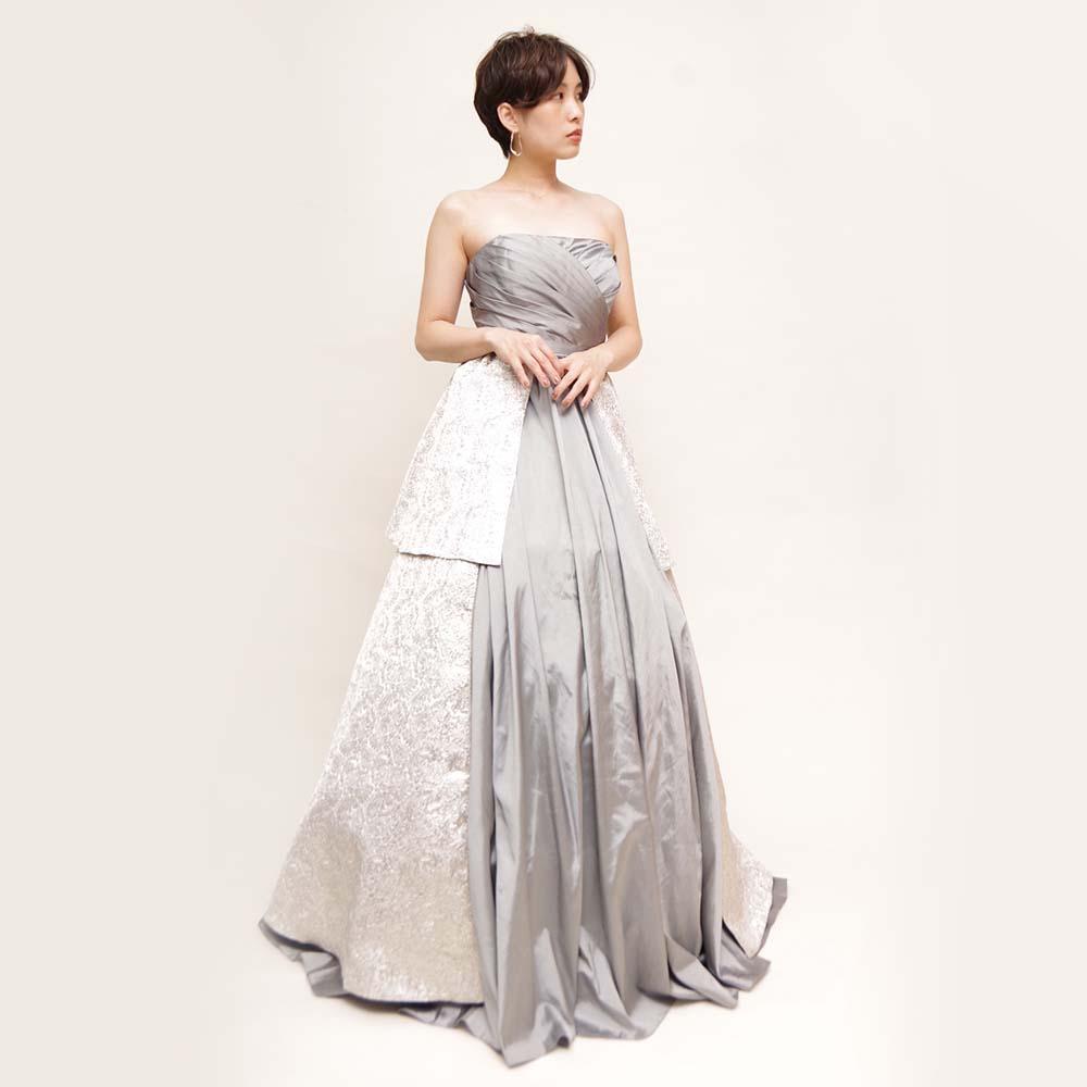 光沢のあるシルバー生地をスカートに使用したセンターオープンロングドレス