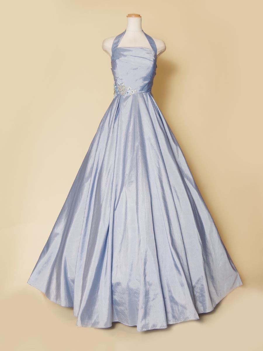 高級感のある光沢感を持ったスカイブルーのホルターネックドレス