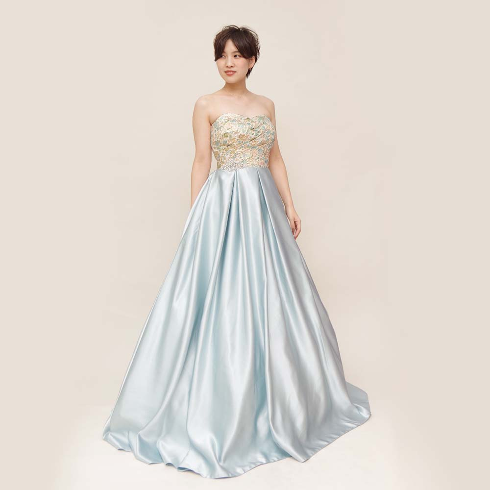涼しげな光沢のあるライトブルースカートが美しいトップ刺繍のAラインカラードレス