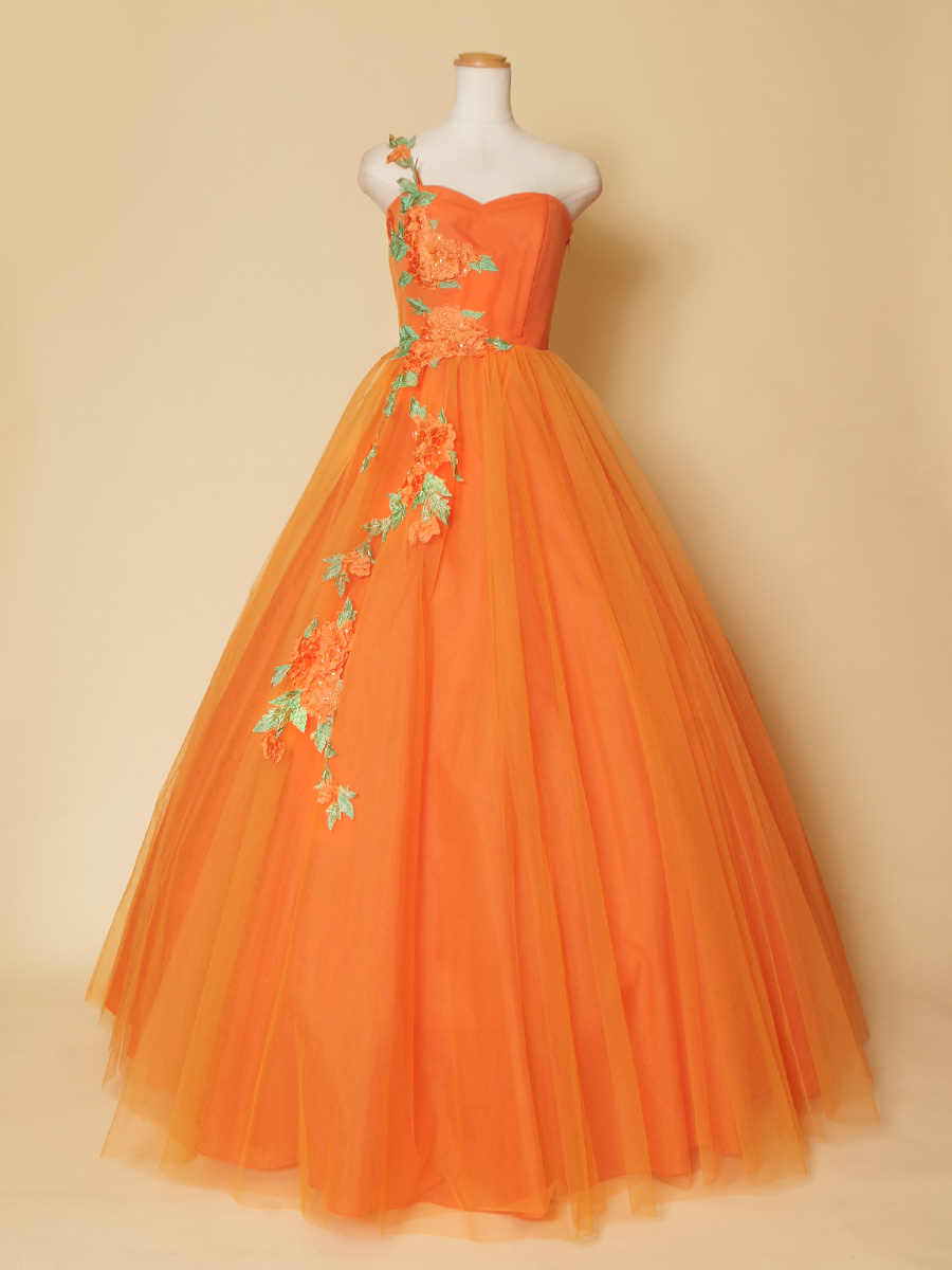 甘い夏のオレンジのようなフラワーモチーフを体に沿わせたボリュームロングドレス