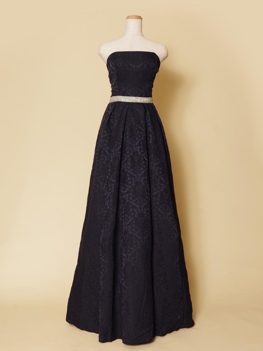 深みのあるネイビーカラーが高級感ある大人っぽさを感じさせるコットンロングドレス
