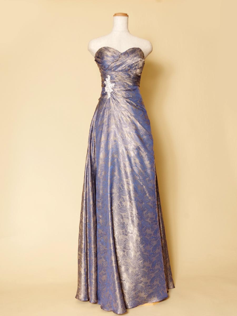 紫色のペイズリープリントが妖艶な大人の魅力を演出したスレンダーロングドレス