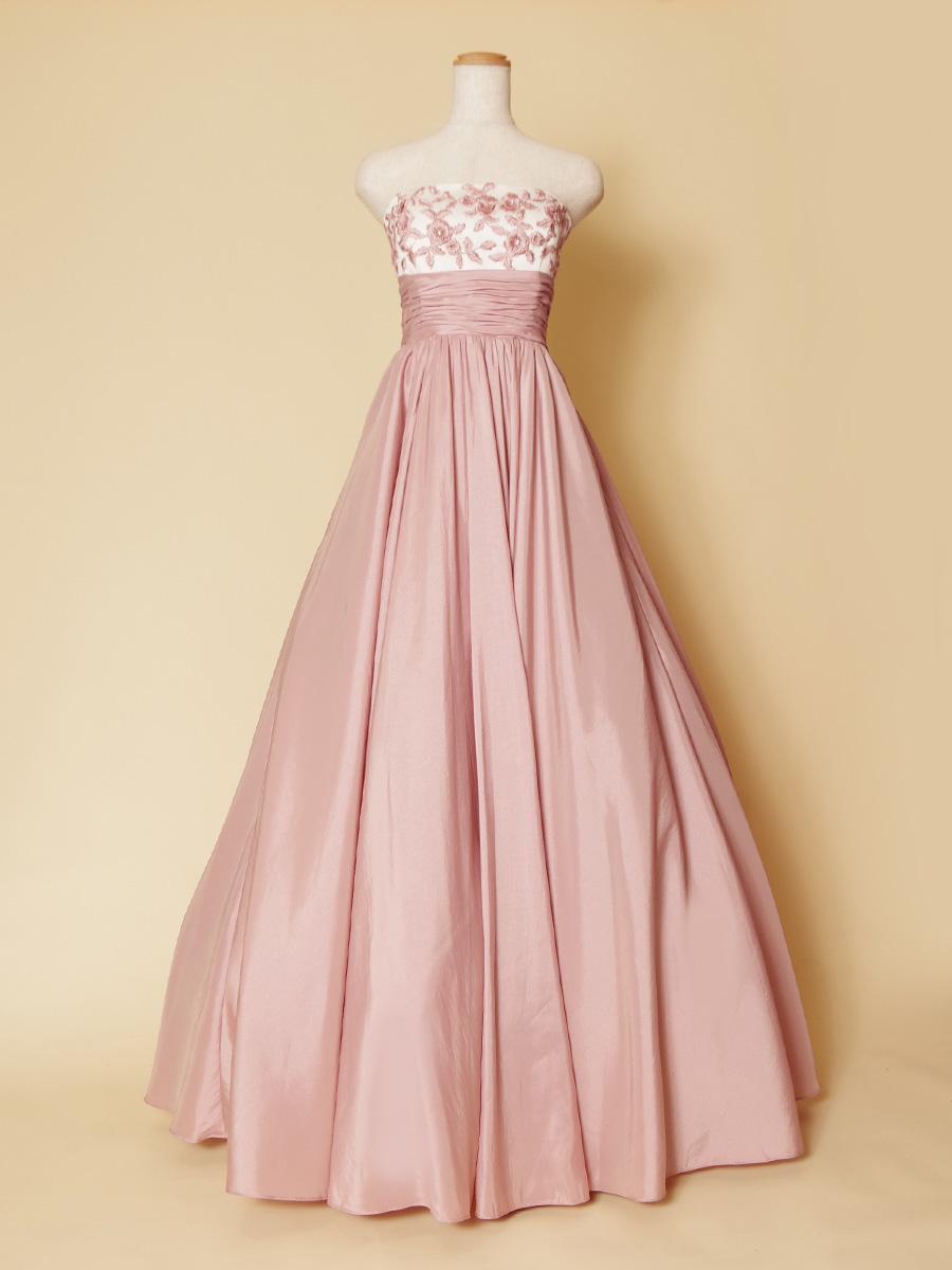 ピーチのような柔らかいパステルピンクの胸元刺繍のお姫様スタイルのロングドレス