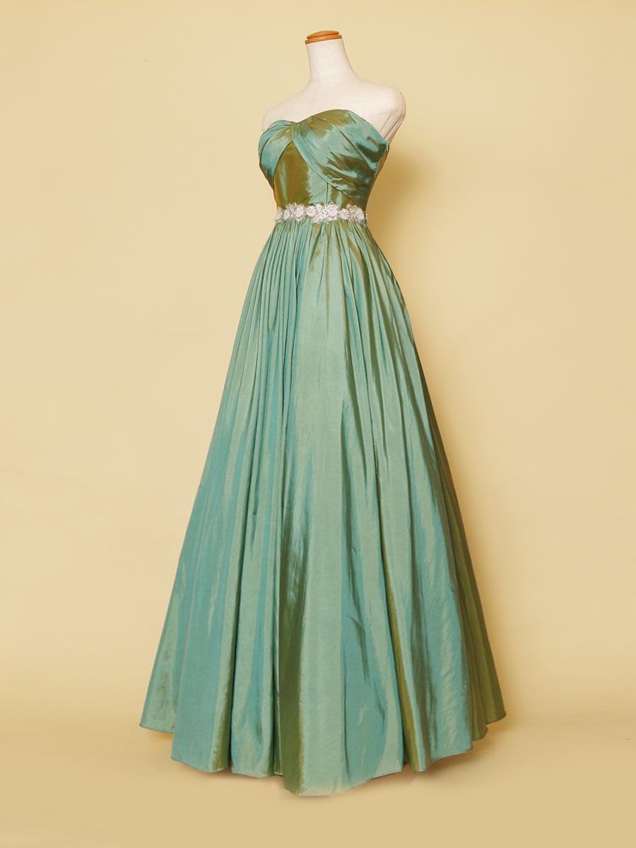 光沢の美しいエメラルドグリーンカラーの特徴的な胸元タックのロングドレス