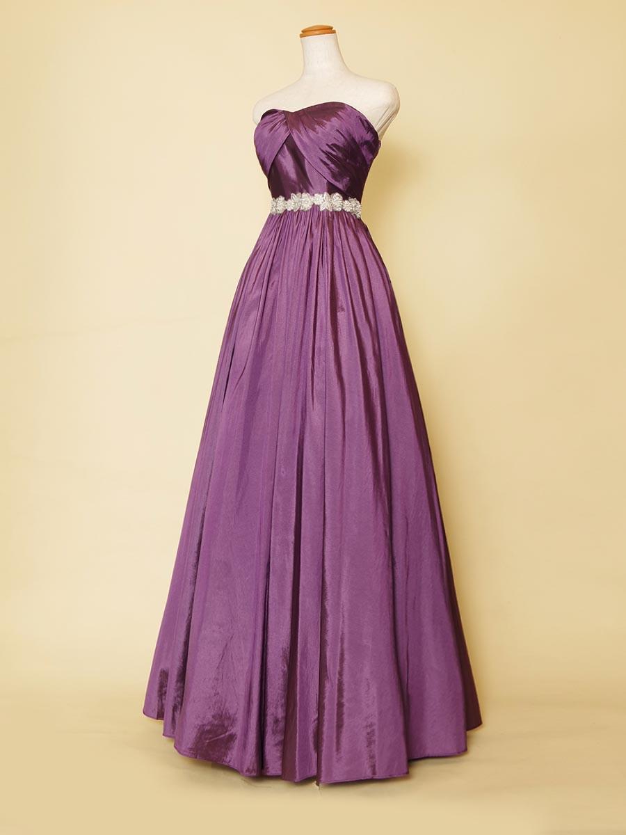 深みと大人っぽさのある光沢感を持たせたタフタ生地のディープパープルカラードレス