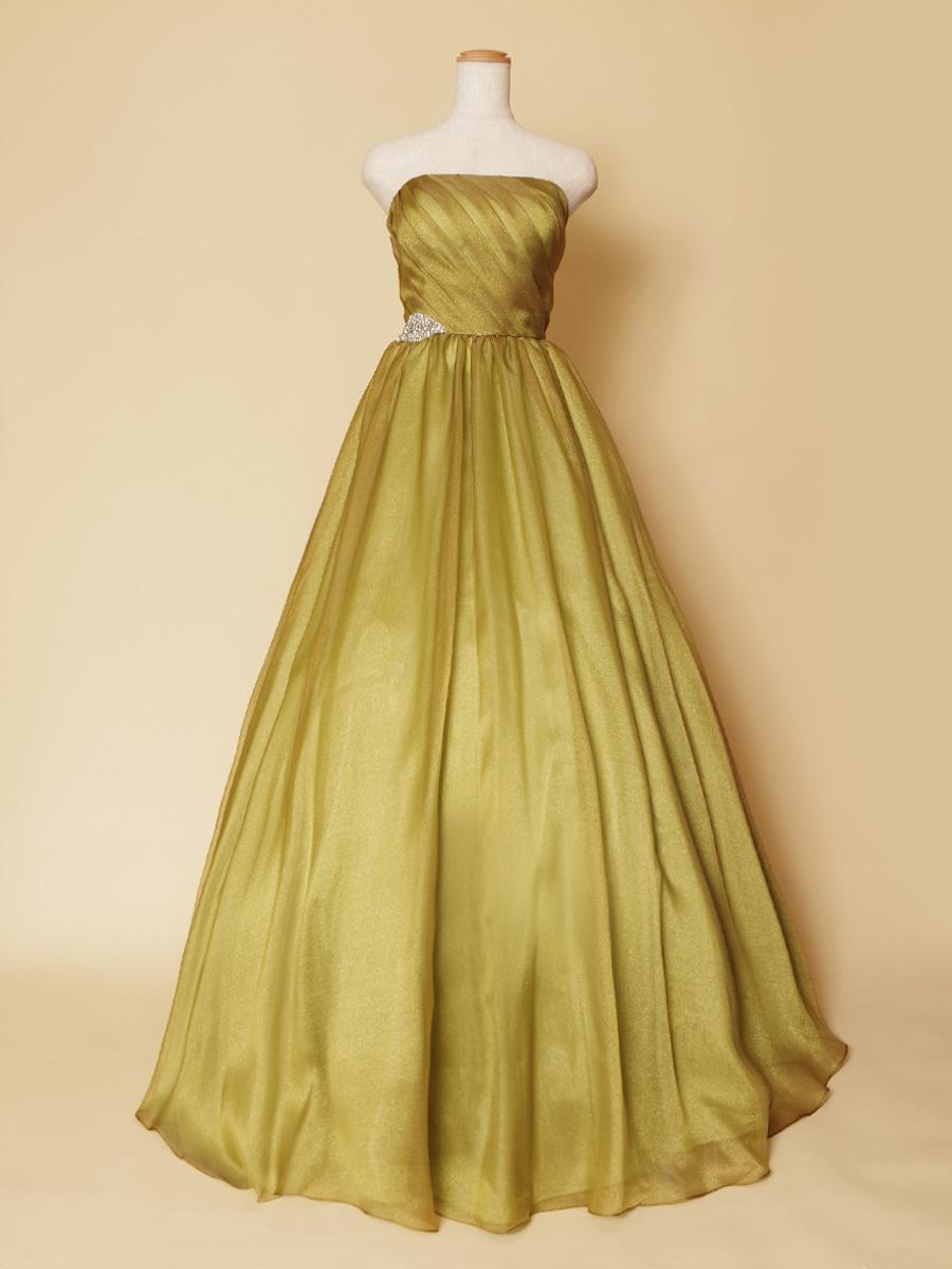 カーキーグリーンの秋冬の演奏会に最適なボリュームカラードレス