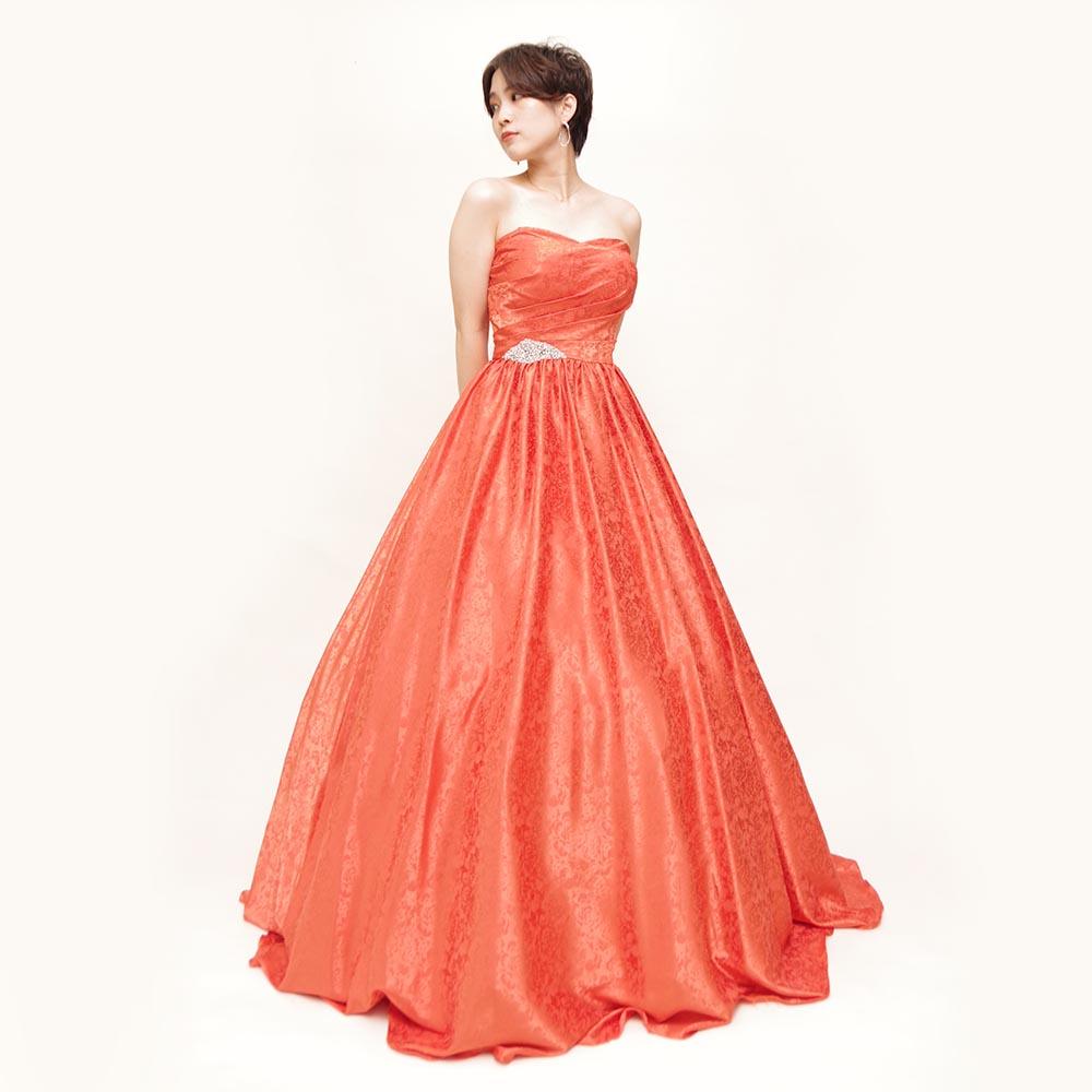 ビビットオレンジカラーが明るく活発な雰囲気を放つ総柄ボリュームロングドレス