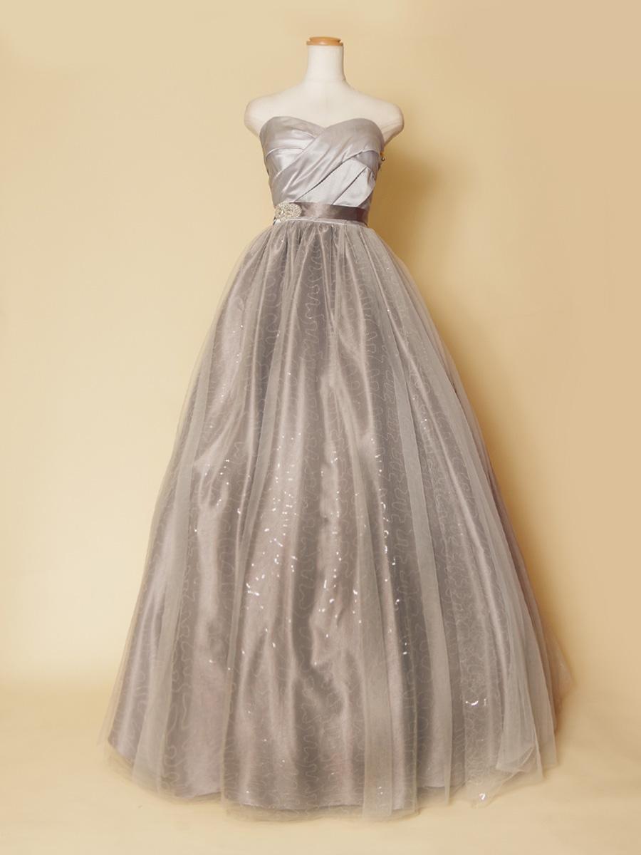 タイトなウエストとキラキラボリュームスカートの対比が美しいシルバーカラーロングドレス
