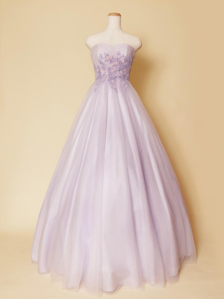 ソフトな色合いのライラックが可愛らしい花柄刺繍をトップにあしらったボリュームロングドレス