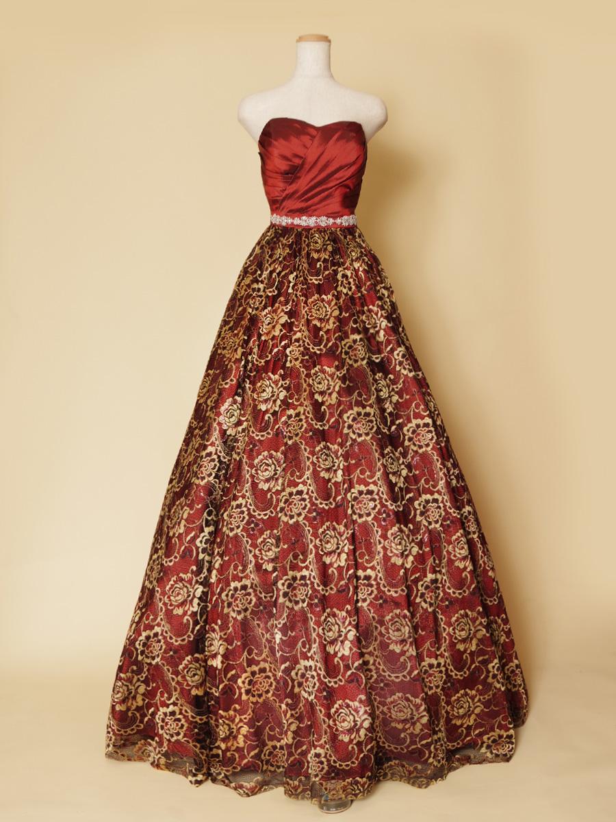 ブロンズレッドの光沢感が美しい!洗練された高貴な印象のボリュームたっぷりカラードレス