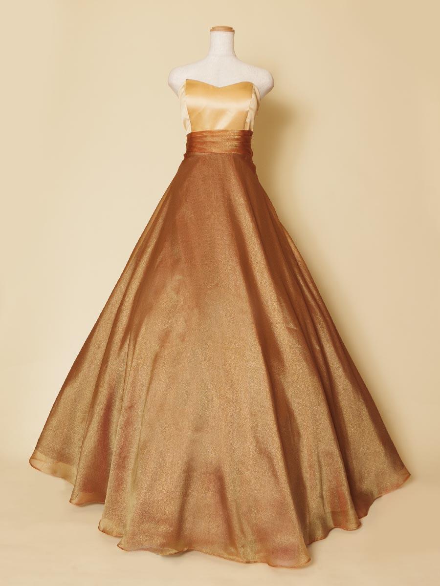 ブロンズカラーの滑らかな光沢感が美しいオーガンジースカートのロングドレス