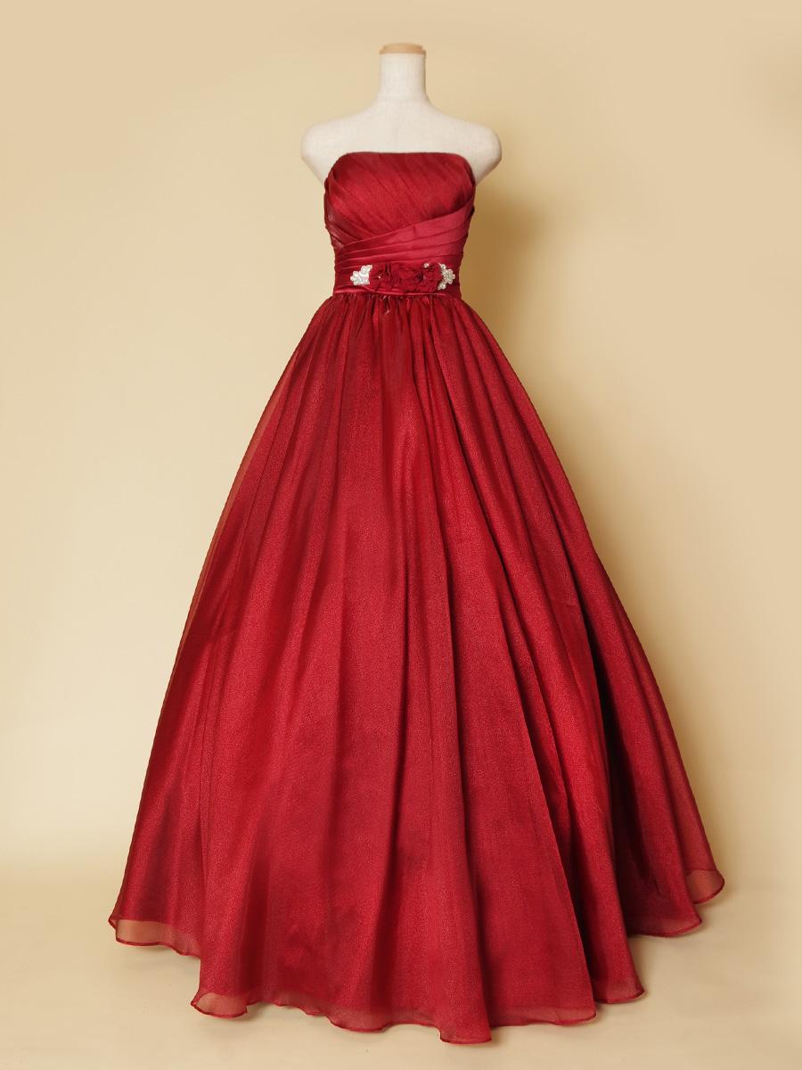ロイヤルレッドカラーの気品溢れるボリュームロングドレス