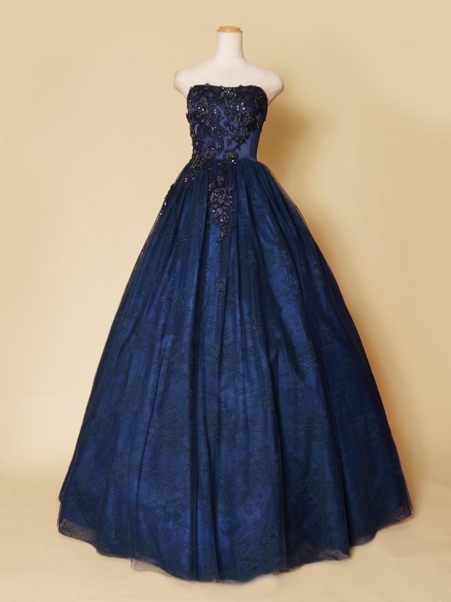 立体的な花柄モチーフ刺繍とスカートの花柄レースの組み合わせがゴージャスなネイビーステージドレス