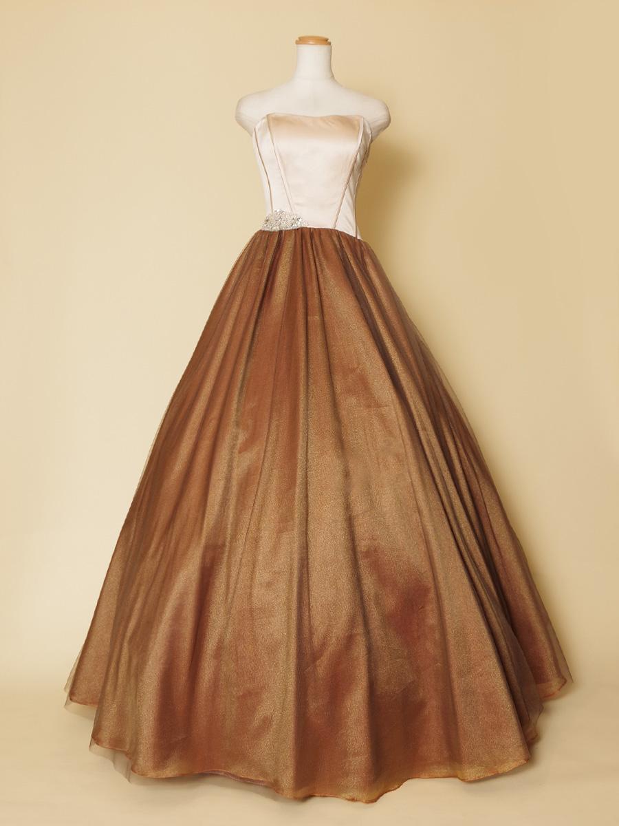 コルセット風のバストデザインを施したブロンズカラーのボリュームロングドレス