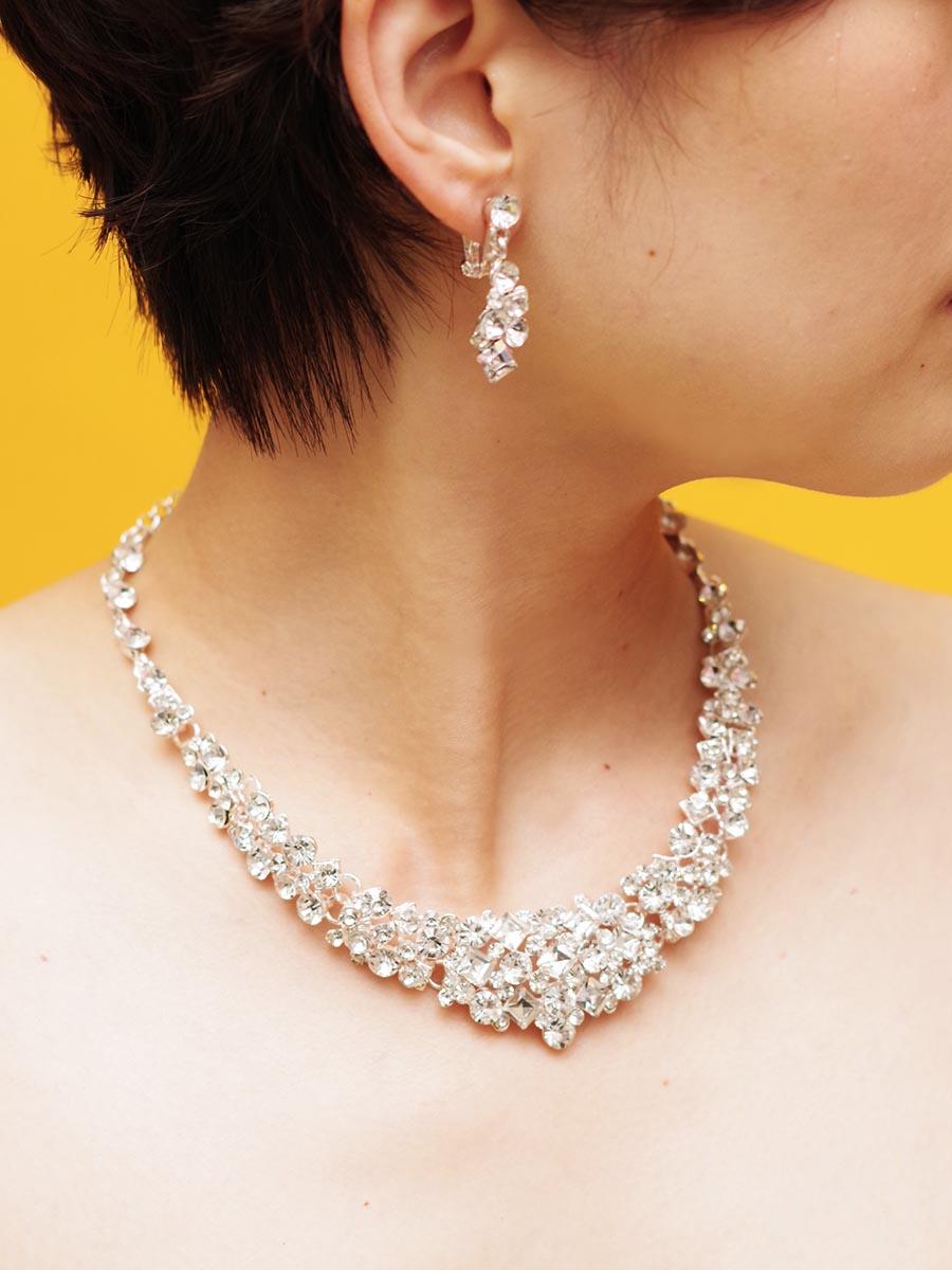 ダイヤ型のストーンを贅沢に散りばめたUラインのネックレス&イヤリング