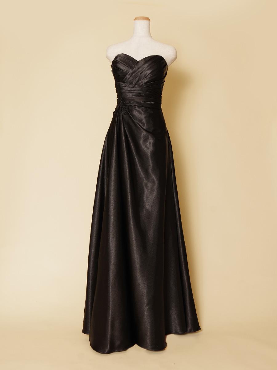 スッキリとしたスレンダーなIラインシルエットの黒光沢が美しいブラック演奏会ドレス