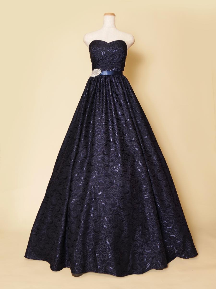 ダークネイビーカラーが妖艶な大人の魅力を表現しているバラモチーフ刺繍の演奏会ロングドレス