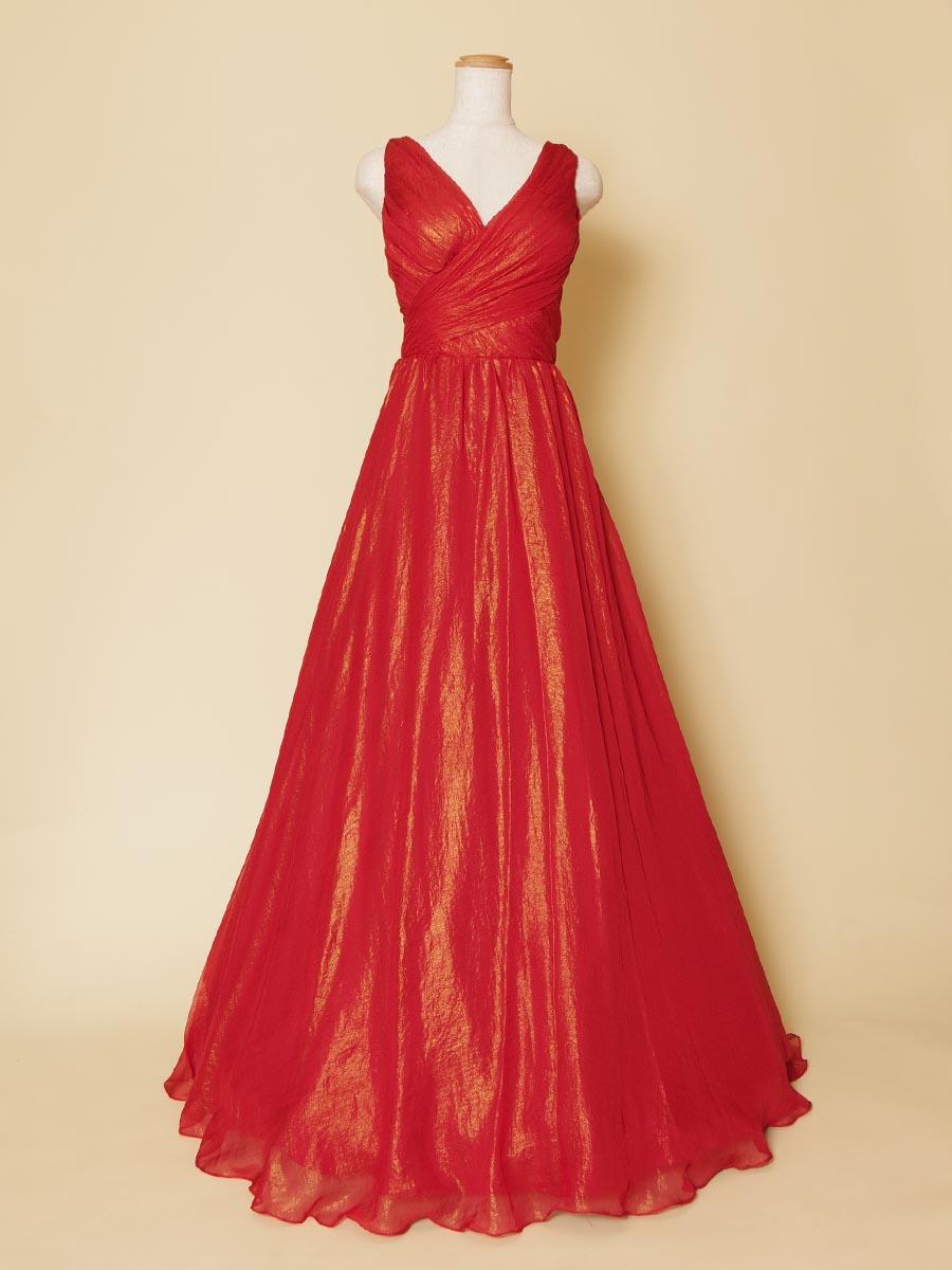 特殊な光沢感を持ったレッドカラーの肩袖付きデザインのVネックロングドレス