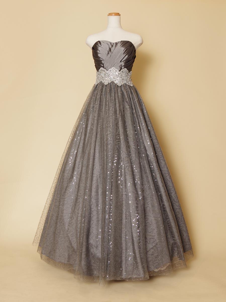 キラキラスカートが動くたびに表情を変えてくれるシルバーカラーのボリュームロングドレス