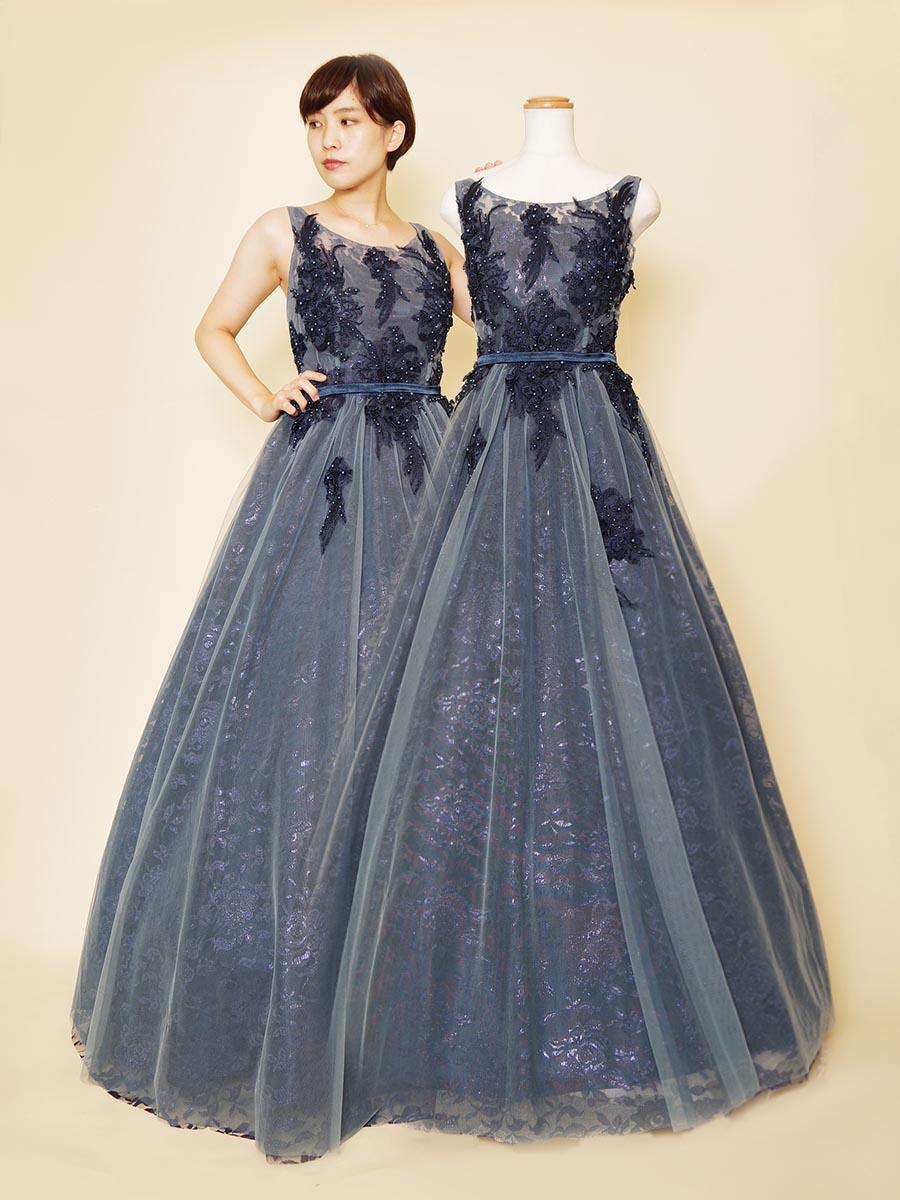 肩袖付デザインの表面に透明感のあるチュール生地を重ねた上品な印象のネイビーカラードレス