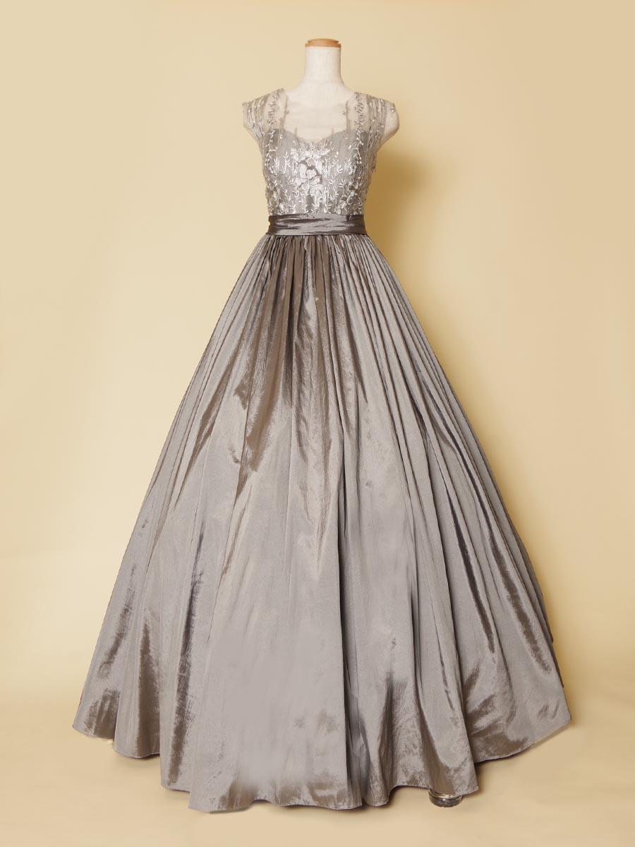 肩袖部分にフラワーリーフデザインの刺繍生地をレイアウトしたグレーシルバーカラーロングドレス