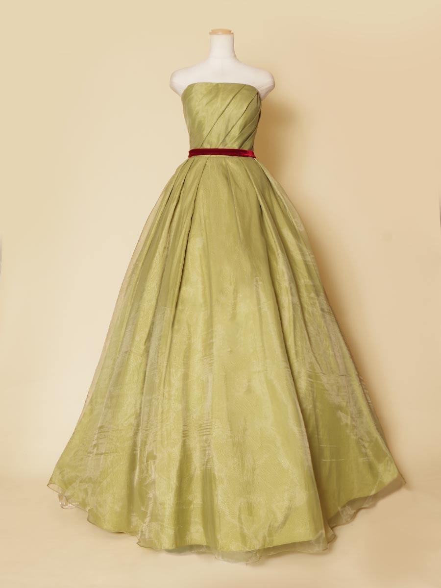 オリーブグリーンカラーとウエストのワインレッドのベルベットリボンがお洒落で可愛いプリンセスラインのカラードレス