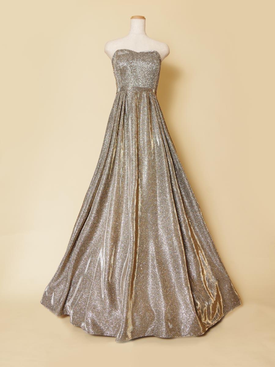 輝きを放つシルバーカラーのメタリックで滑らかなロングドレス