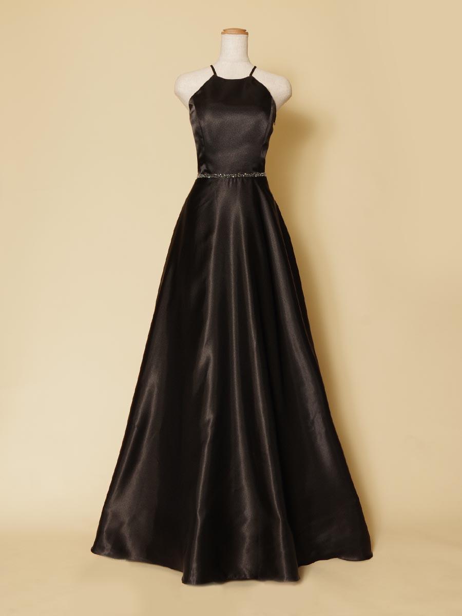 デコルテラインをしっかりと美しくカバーしてくれる大人ブラックの演奏会向けホルターネックロングドレス