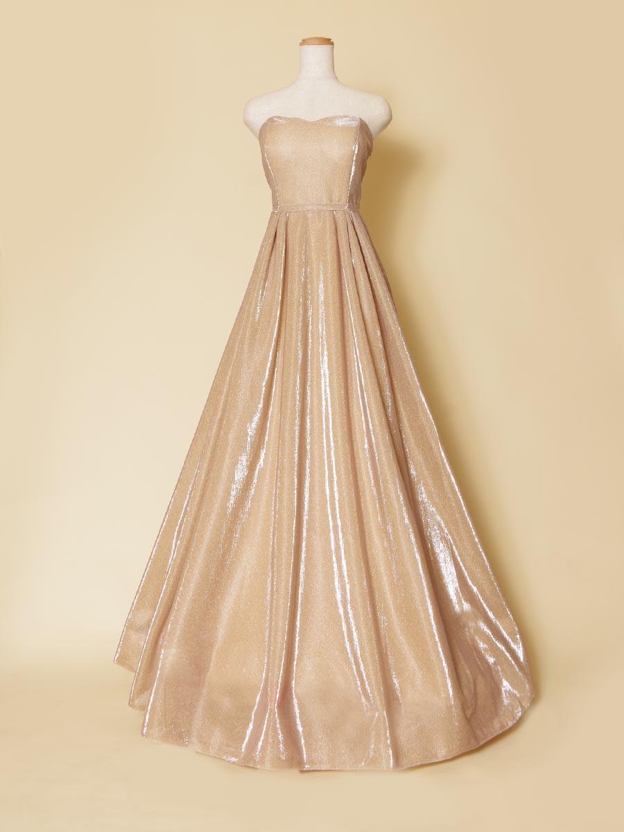 ゴールドベージュカラーの肌なじみ感が美しいキラキラロングドレス