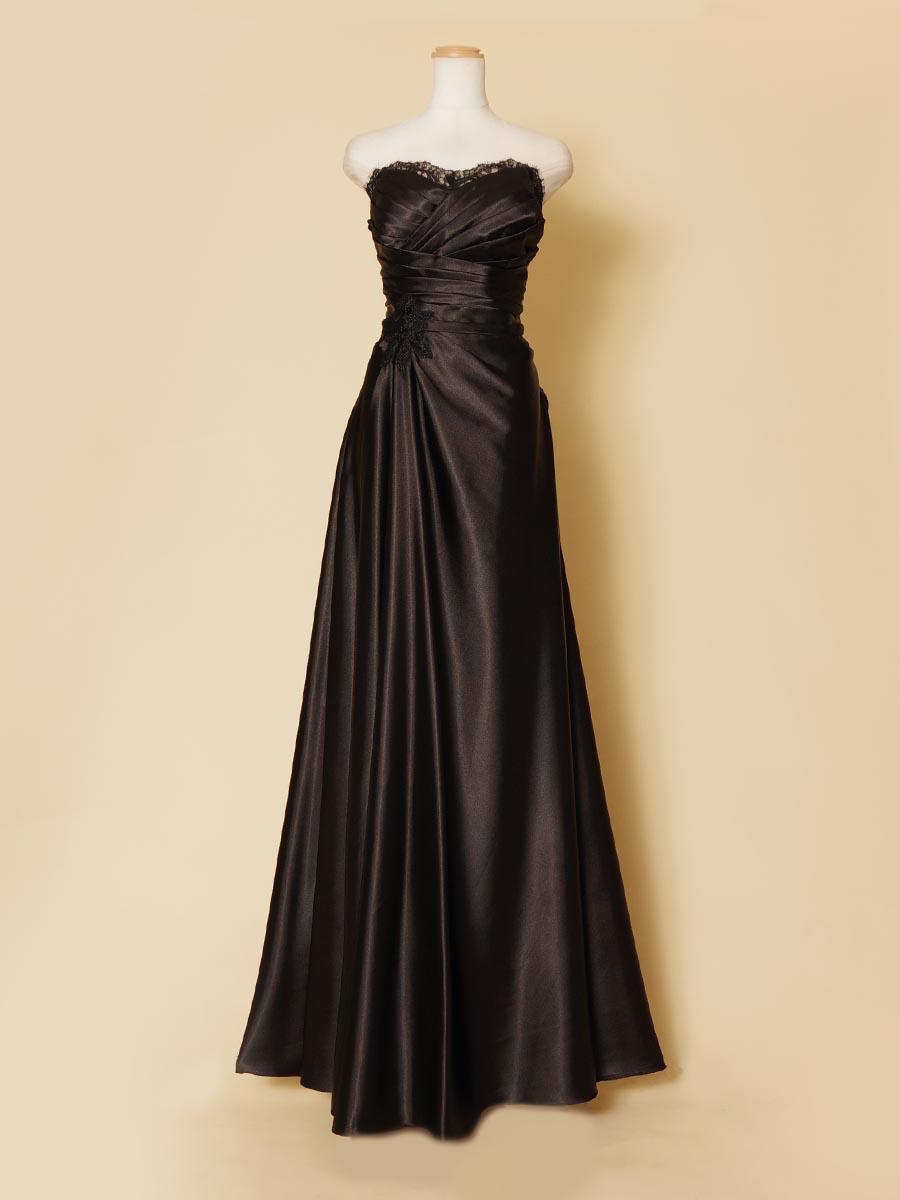 艶やかで光沢感が滑らかなブラック素材の生地で体のラインを美しく出せるブラックロングドレス