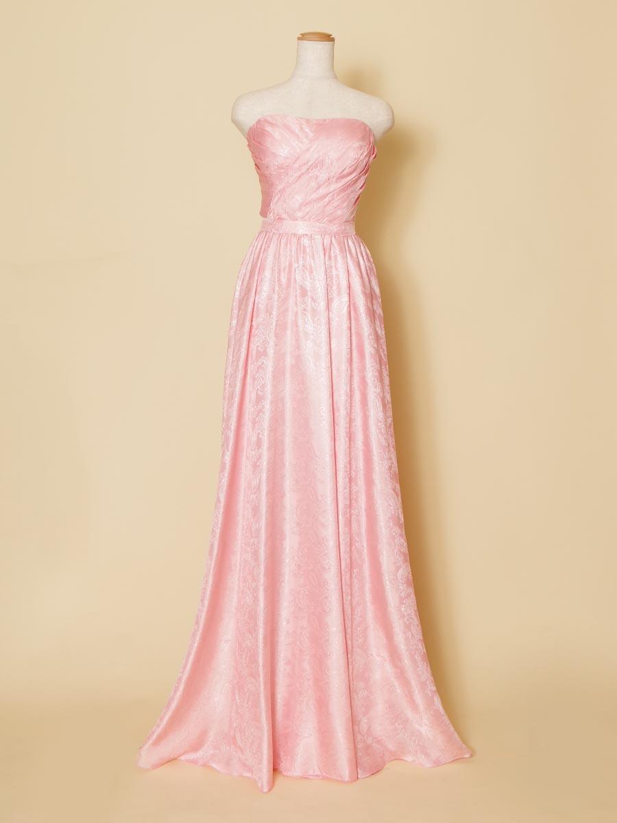 ペイズリー柄がプリントされた淡いピンクカラーのスレンダーで動きやすいロングドレス