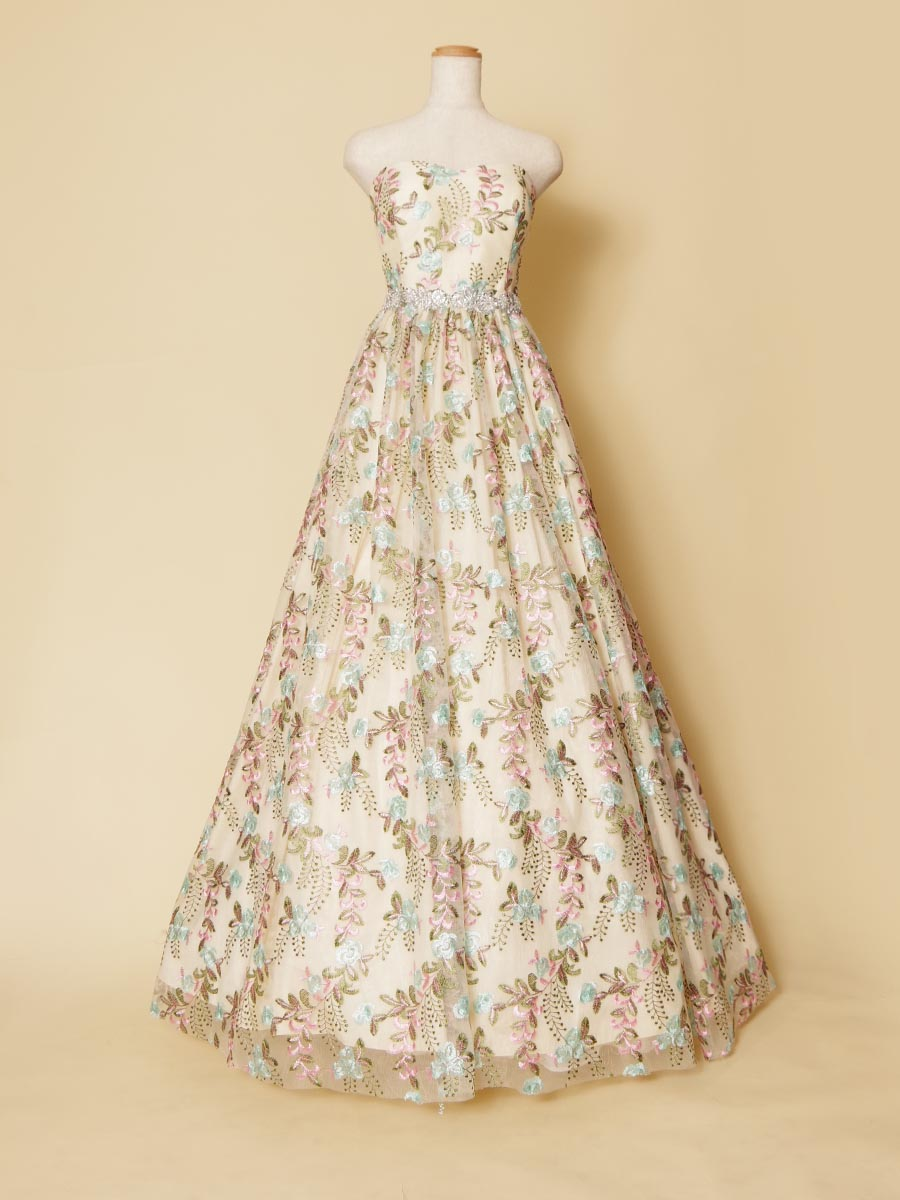 メルヘンチックな花柄刺繍をドレス全体に広げるように使用した女子力満点のカラーロングドレス