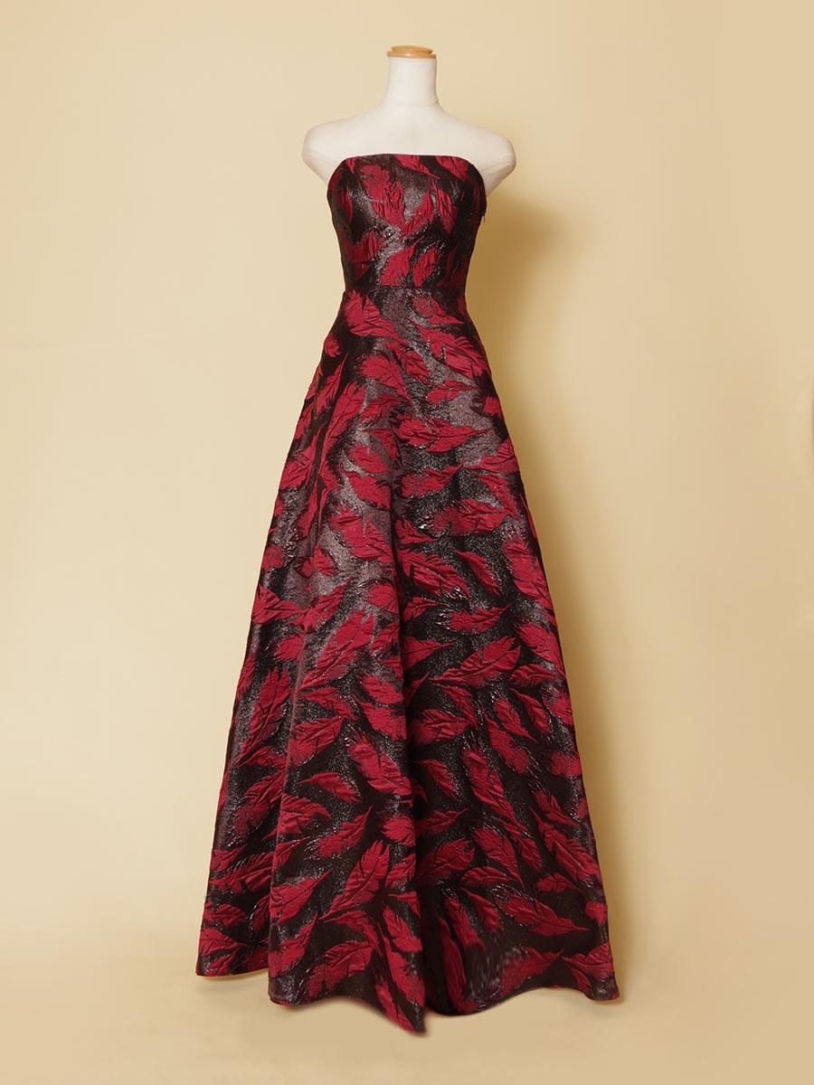艶やかな黒地に立体的なレッドのリーフデザインを施した生地をあしらった大人っぽい演奏会ドレス