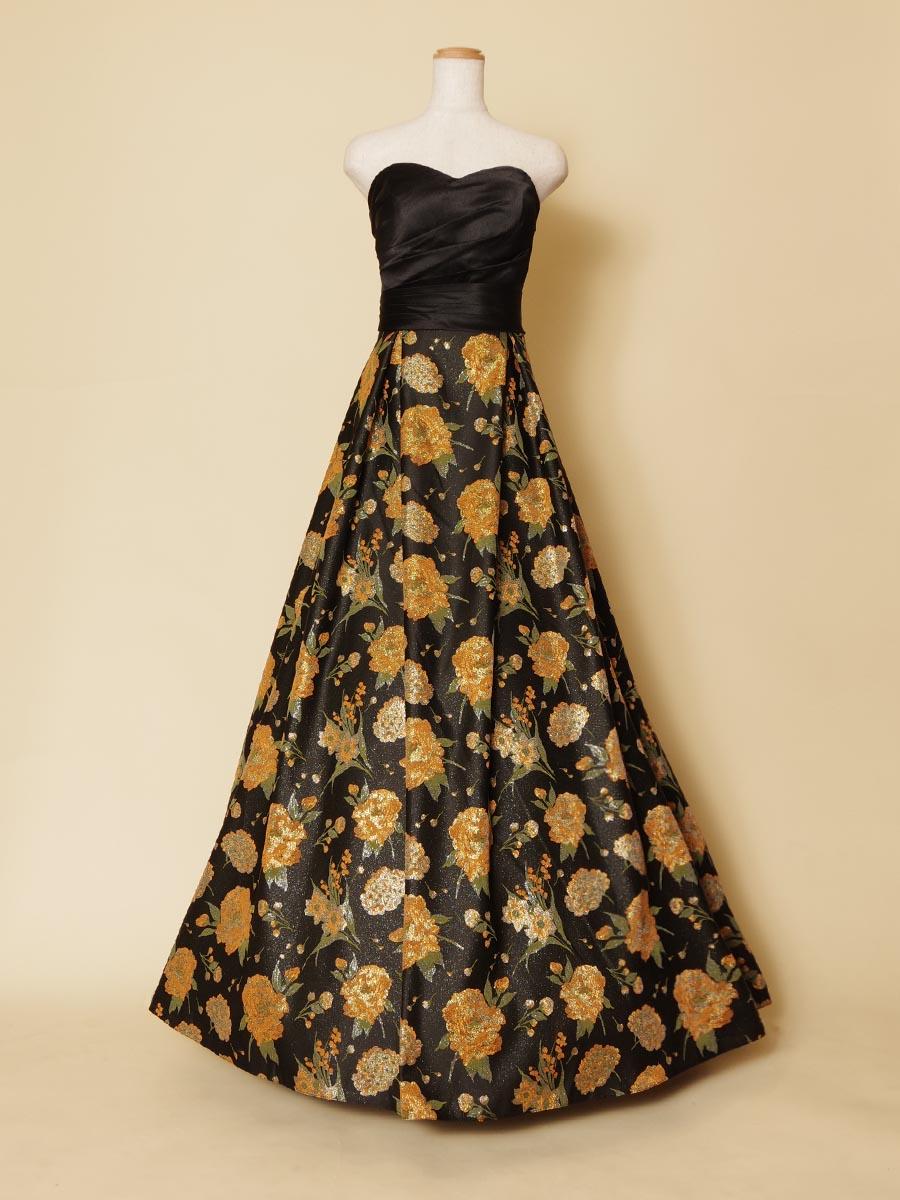煌びやかさを持った黒の生地にオレンジの花柄を華やかに広げた大人っぽい演奏会ドレス