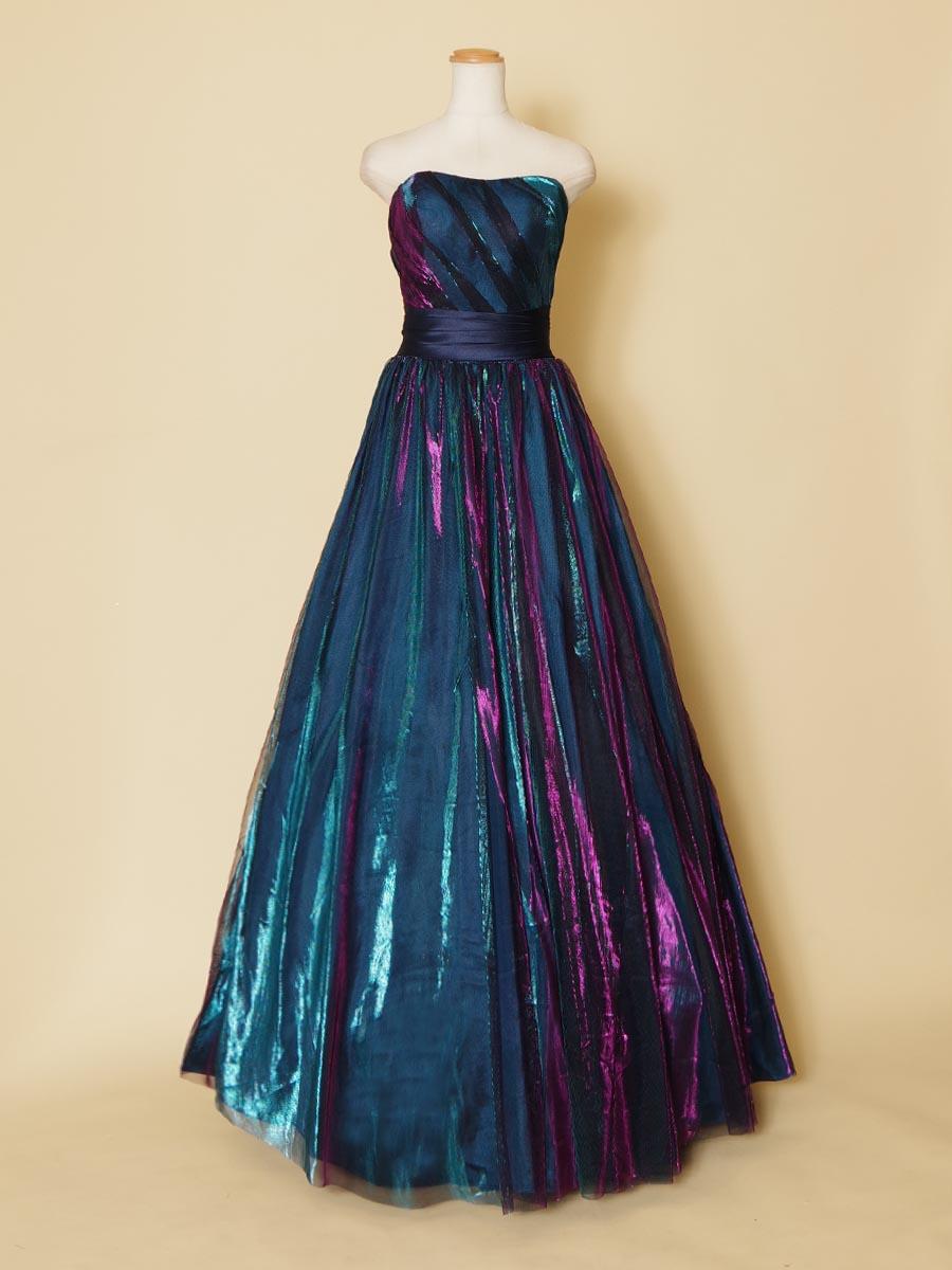 現代的なブルーメタリックカラーが幻想的な美しさを作り出したロングカラードレス