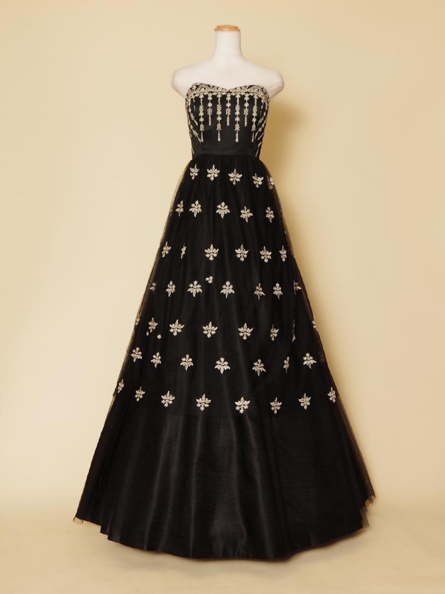 ブラックカラーの胸元から流れるクラシックフラワーレースとスカートのエンブレム刺繍が目を引く演奏会ロングドレス