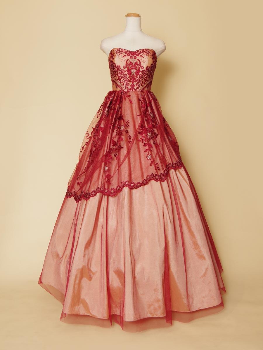 ワインレッドのチュールレースとベースとなるベージュカラーの色の組み合わせがステージのドレスアップに適したロングドレス