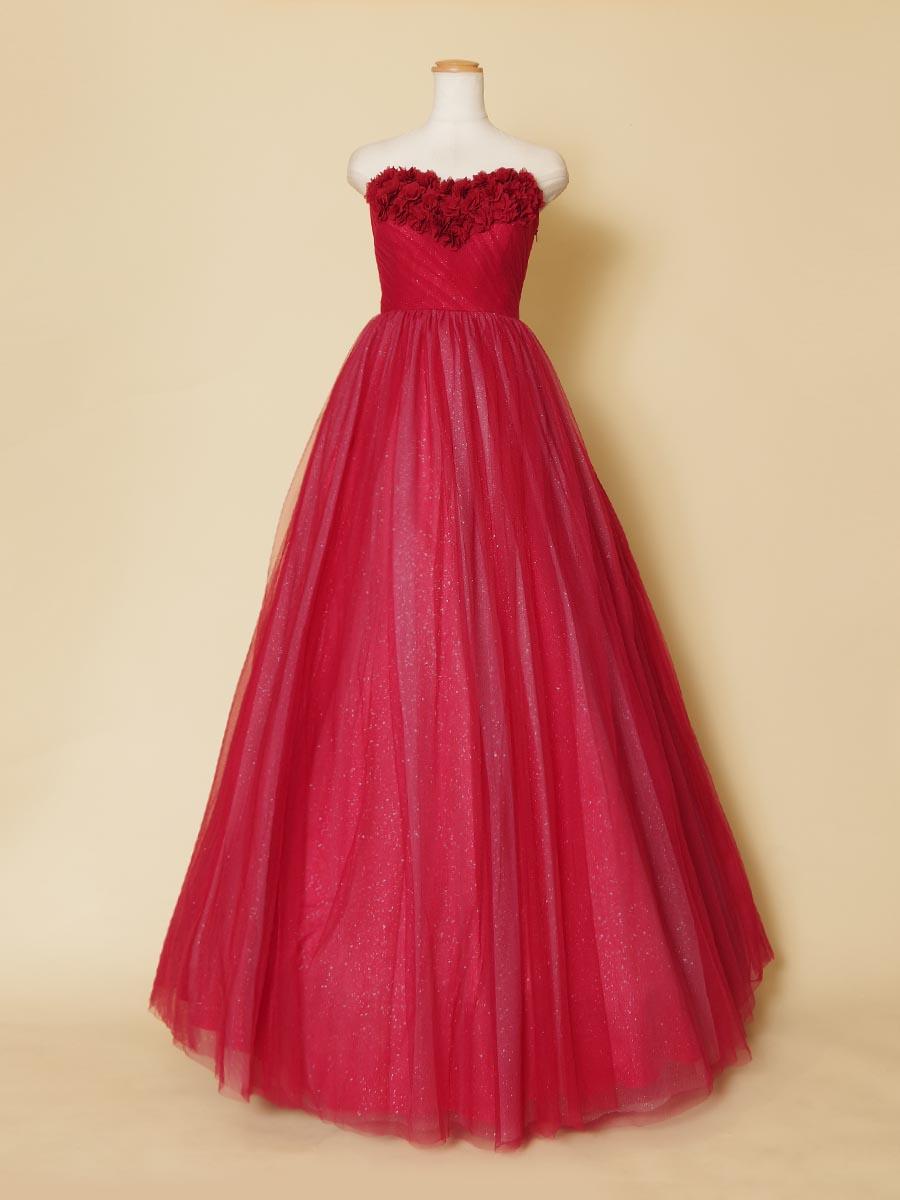胸元のハートカットラインに3Dデザインのバラのモチーフを配置したレッドカラーボリュームロングドレス