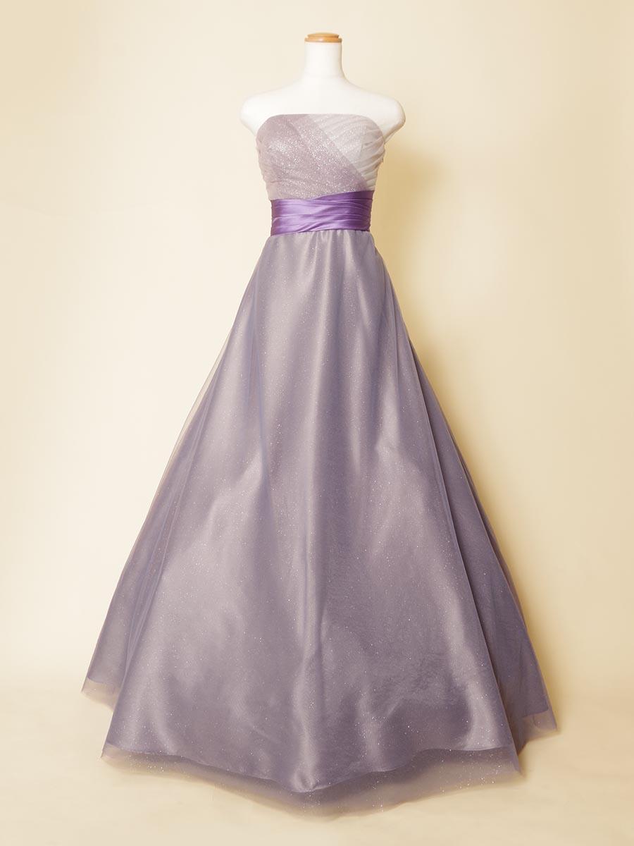 細かなキラキラグリッターが優しい輝きを放つライトパープルカラードレス
