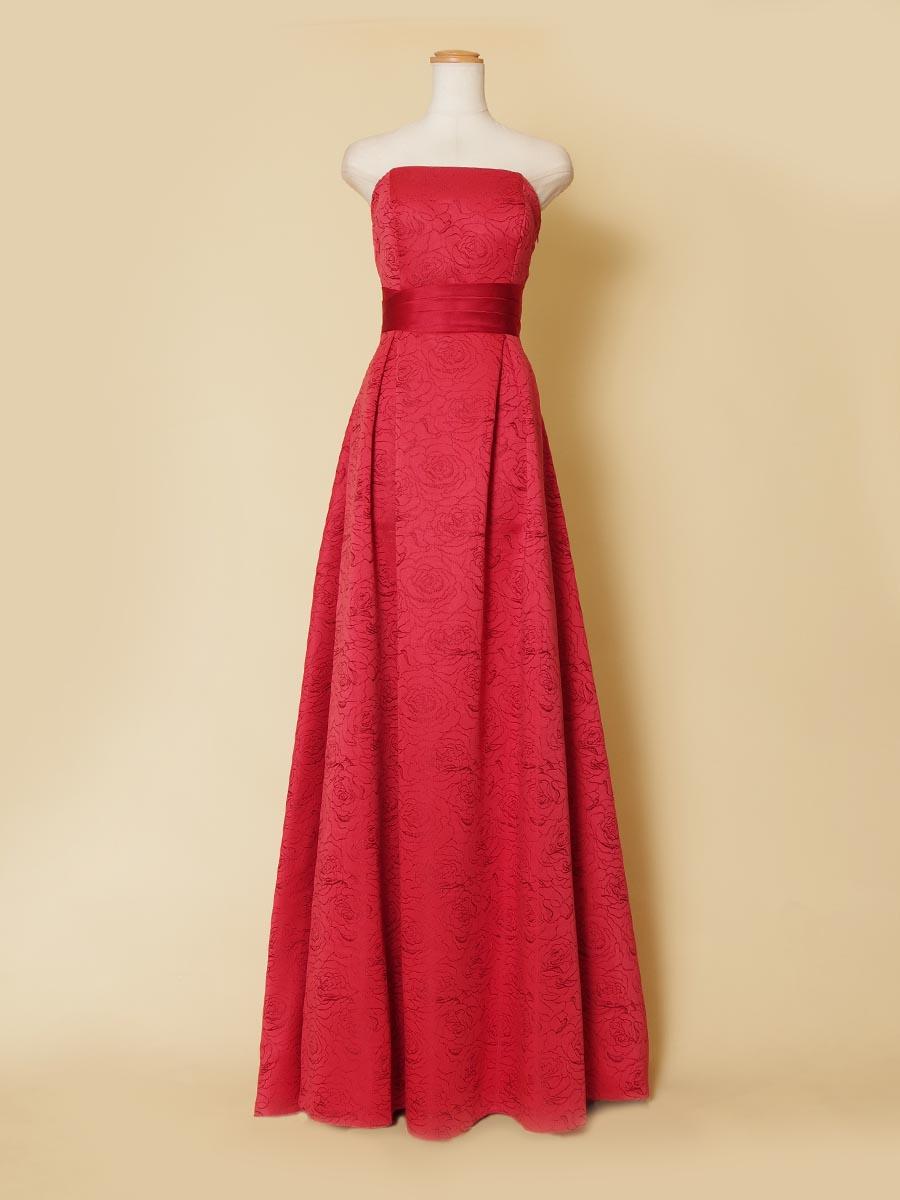 バラ柄モチーフのレッド生地で作られたスレンダーAラインシルエットの演奏会ロングドレス
