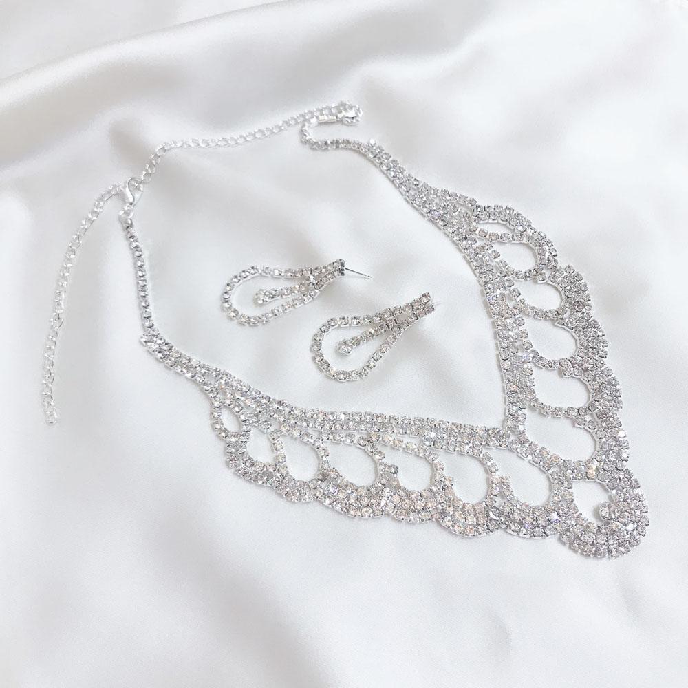 丸みを帯びたエレガントな雰囲気のネックレス&ピアスセット