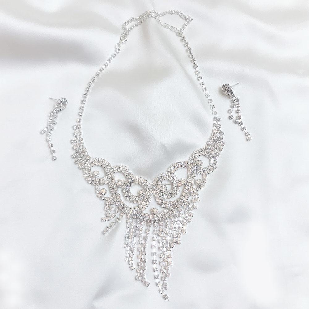 動くたびに揺れるシルエットが豪華絢爛なネックレス&ピアスセット