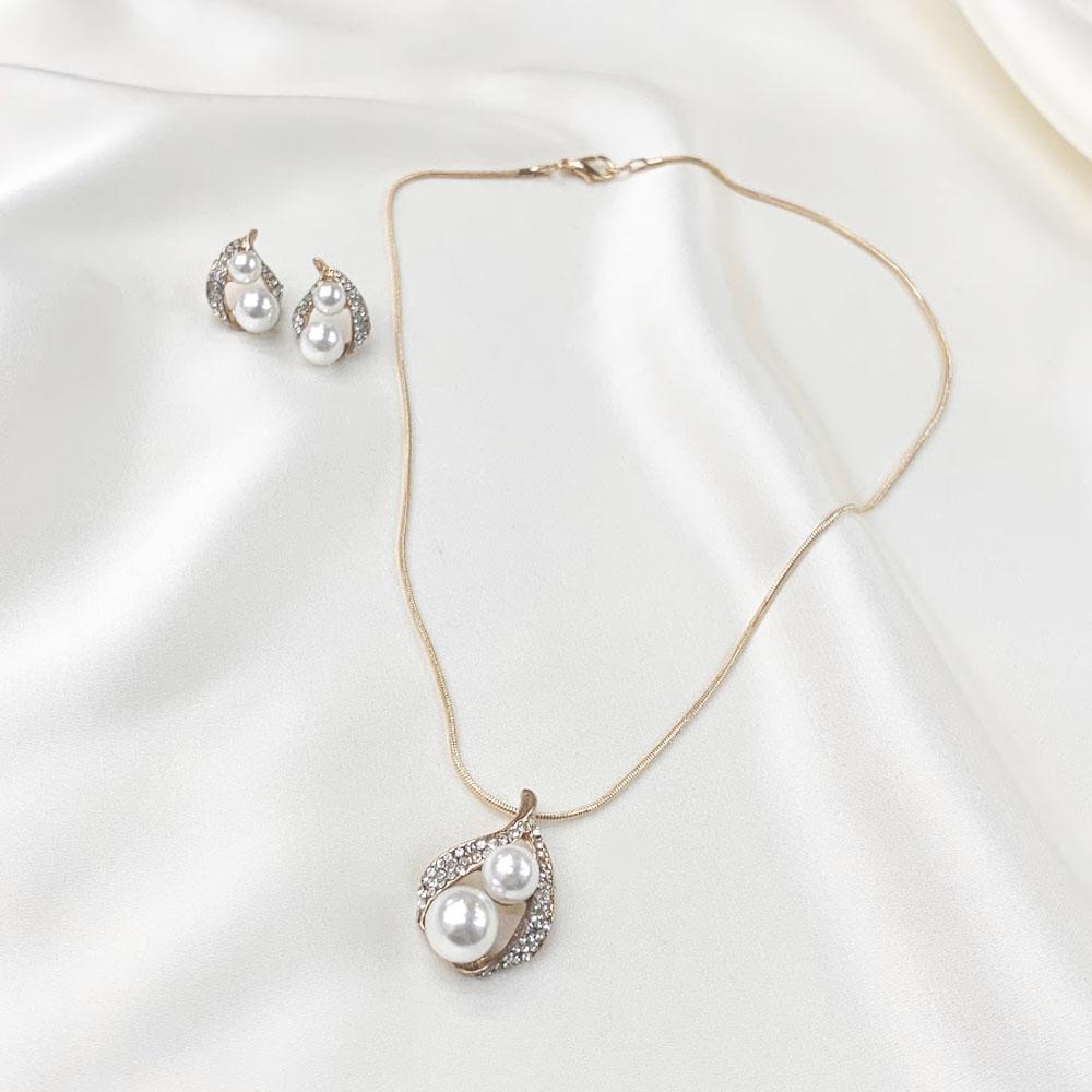 丸みのあるデザインで女性らしさをプラス。軽くてつけやすいゴールドカラーのネックレス&ピアスセット