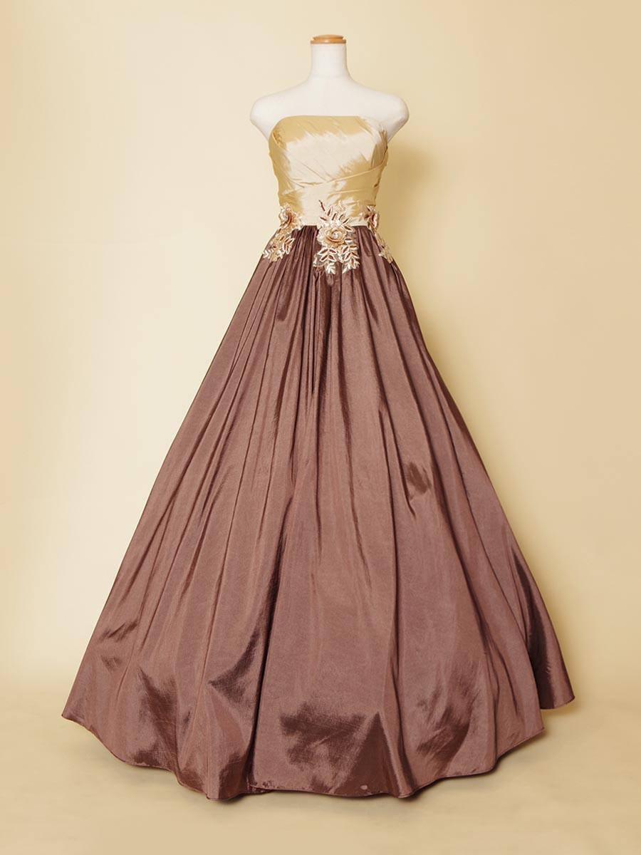クラシカルな雰囲気がおしゃれな立体花柄ベージュ×ブラウンロングドレス