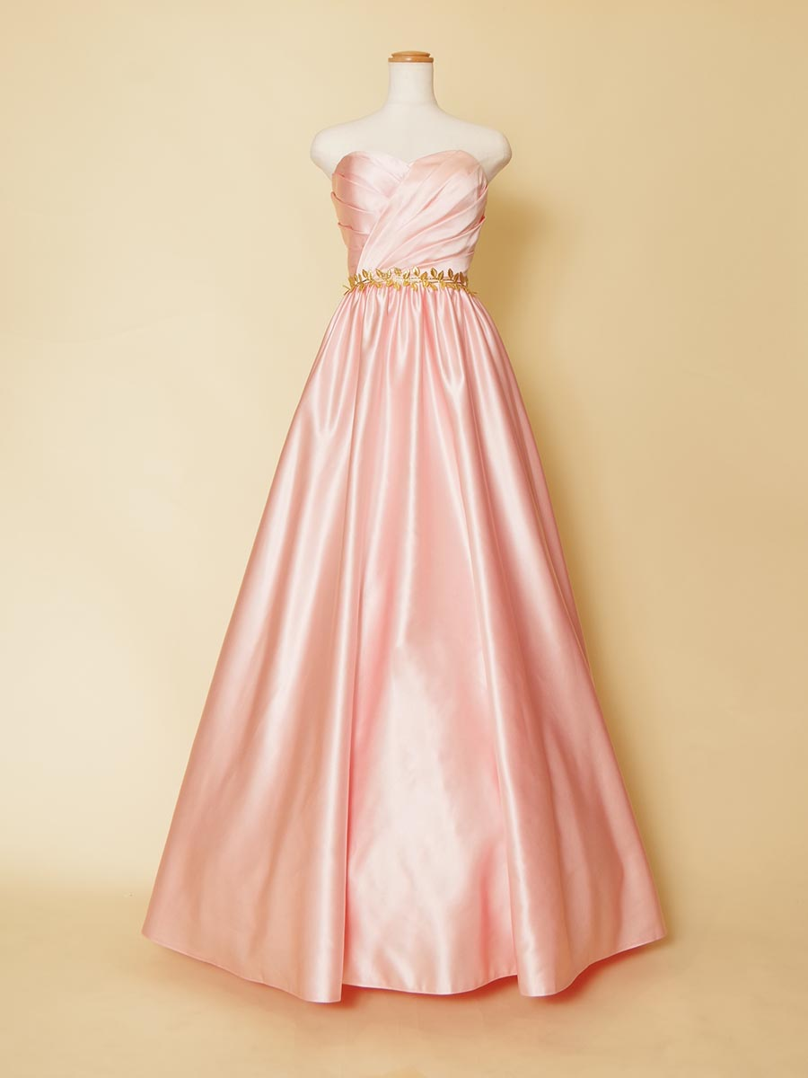 滑らかなベビーピンクサテンとゴールドリーフモチーフを組み合わせたシンプル演奏会ドレス