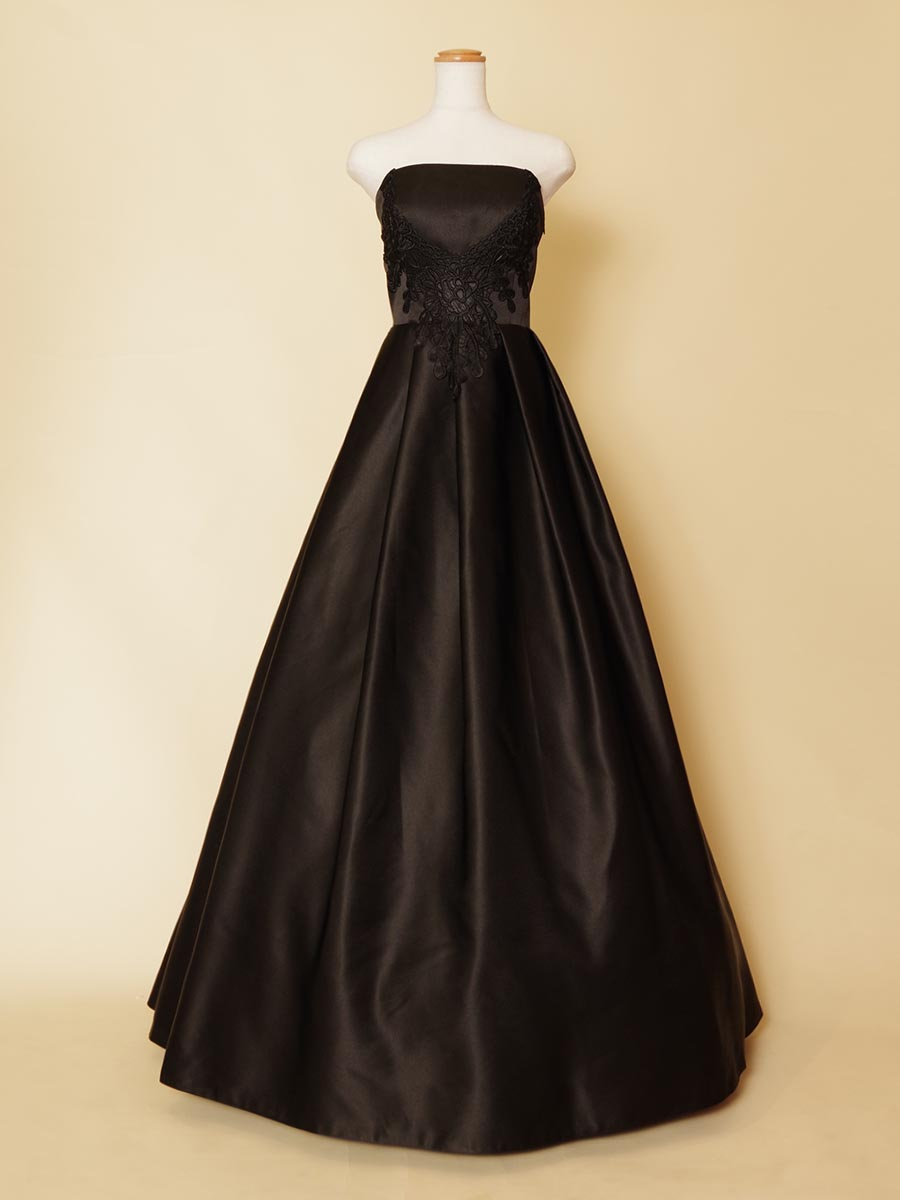 ピアノ伴奏の衣装にオススメ!装飾もブラックで統一したスレンダーシルエットの黒のステージドレス