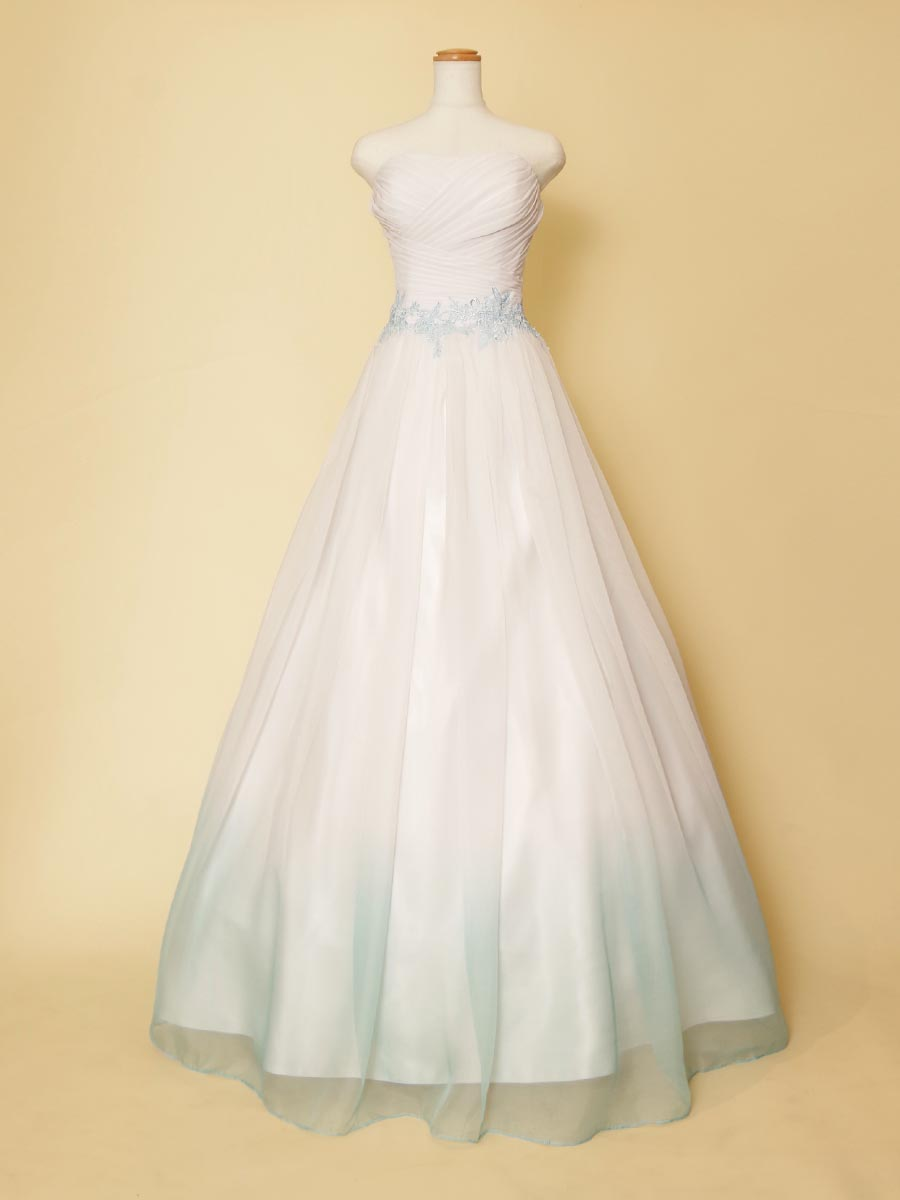 ホワイトドレスにライトブルーのグラデーションの組み合わせがおしゃれなカラーロングドレス