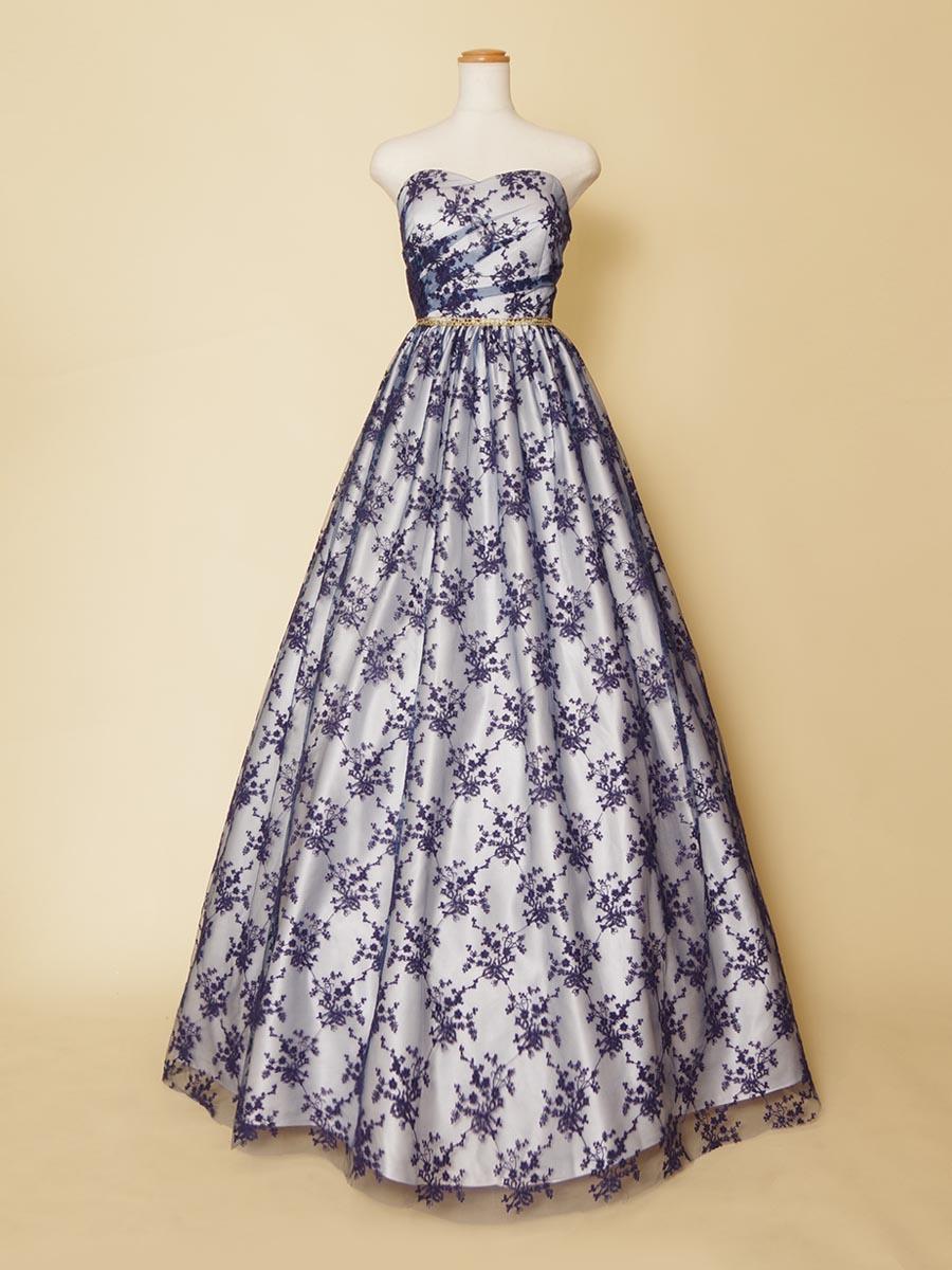 ドレス全体の白地にネイビーの刺繍総レースの組み合わせ上品な演奏会向けカラードレス
