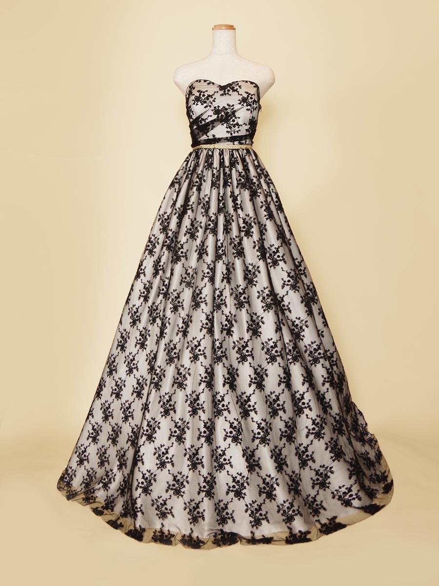 ブラックの透けレースに白下地を組み合わせた2つの生地のコントラストが美しいロングドレス
